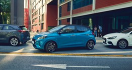 Hyundai i10 car about to park in a small place30908 ret