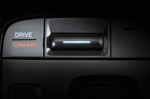 Terrain Mode Select Verschneiter, sandiger oder schlammiger Untergrund? Mit dem Terrain Mode Select können Sie schnell zwischen den Fahrmodi wechseln, um das Fahrverhalten und die Allradeinstellung für verschiedene Fahruntergründe zu optimieren. Terrain Mode Select ist beim TUCSON in Kombination mit dem Allrad-Antrieb und 6 Gang Automatikgetriebe erhältlich.
