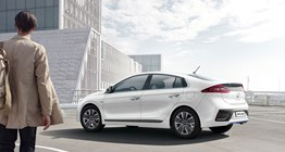 ioniq-hybrid-gallery-driver-approaching-side-white-ioniq-hybrid-original-3