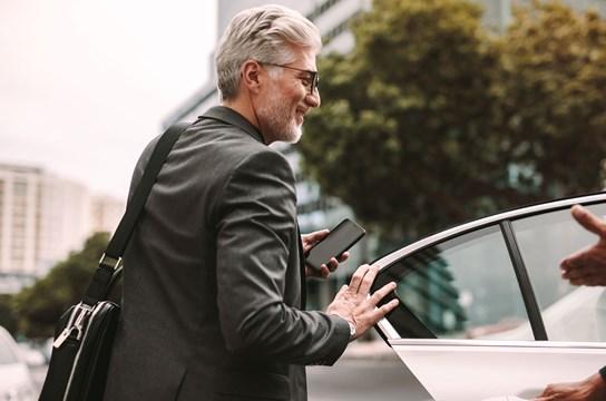 Zuverlässig, wirtschaftlich,  komfortabel. Mit einem IONIQ Hybrid wird jede Fahrt  zum Vergnügen – für mich und  meine Gäste.